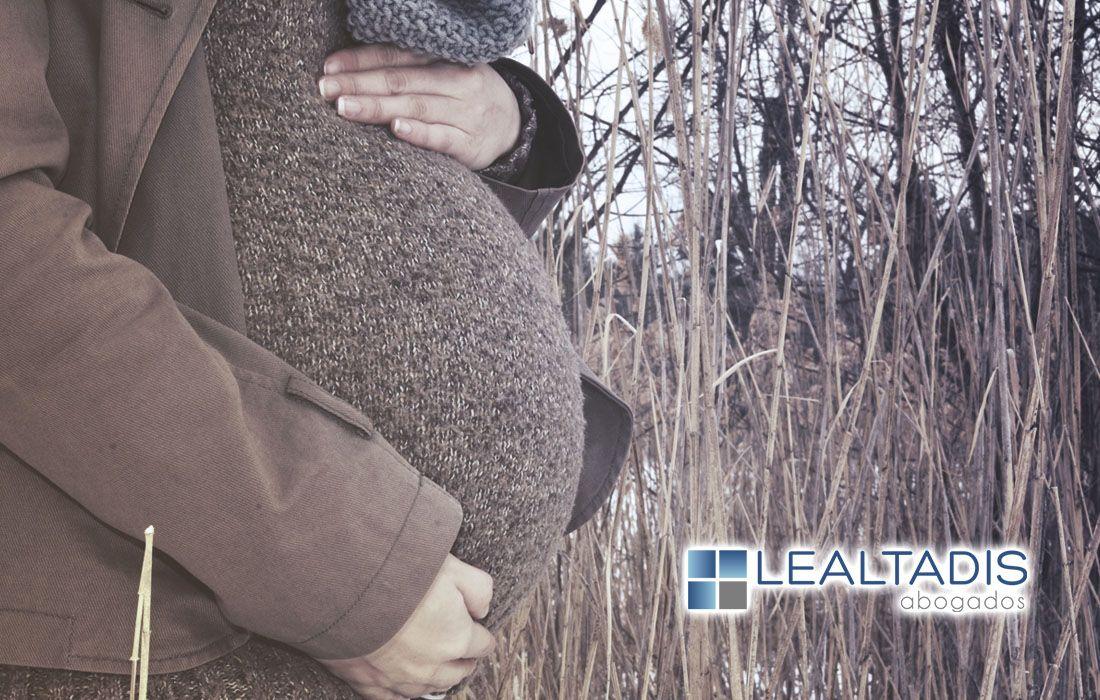 Derecho de la madre por gestacion subrogada al cobro de la prestacion de maternidad